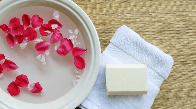 clean-and-clear-cara-membuat-air-mawar-sendiri-di-rumah.png