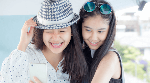 clean-and-clear-tips-pilih-angle-yang-tepat-saat-selfie-bareng-sahabat.png