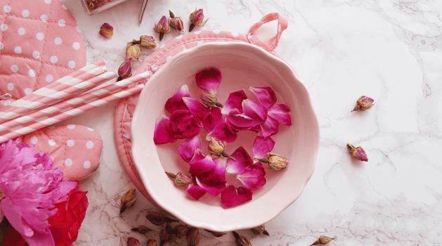 7 Khasiat Air Mawar Untuk Muka Kekal Berseri | MaryJardin.co