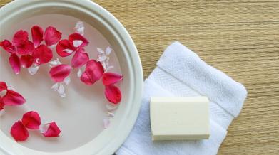 clean-and-clear-cara-membuat-air-mawar-sendiri-di-rumah-thumbnail.png