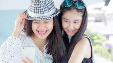 clean-and-clear-tips-pilih-angle-yang-tepat-saat-selfie-bareng-sahabat-thumbnail.png